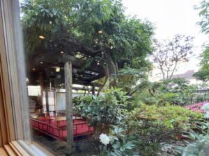中庭の藤棚の下には桟敷席も