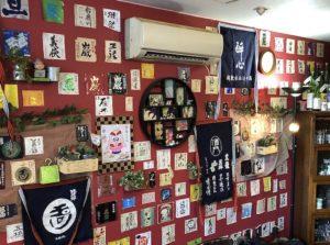 壁には日本酒のラベルがいっぱい