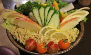 名物「野菜たっぷりラーメンサラダ」