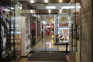 新店舗のビル(突き当たり右側が入口)