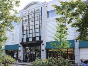 「マルヤマクラス」入口の右側が店舗です