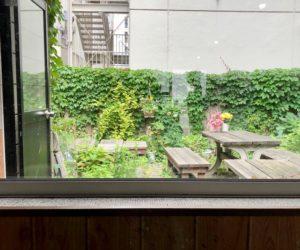 中庭にもテーブルがあります