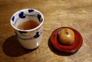 サービスの「そば茶」と「饅頭」