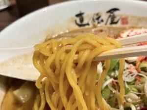 札幌伝統の「黄色い縮れ麺」
