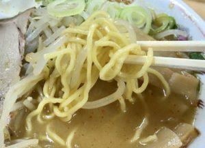 独特の中細縮れ麺