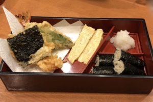 天ぷらと玉子焼きに名物「そば寿司」
