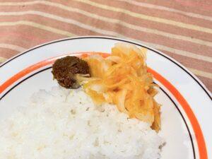 サンボール(1/2、左)と玉葱のアチャール