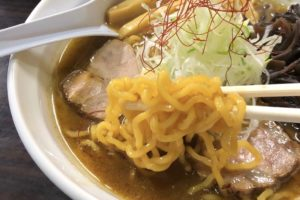 中麺は黄色の縮れ麺