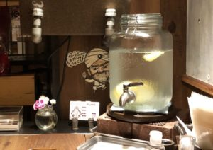 テーブルにはレモン入りのウォーターサーバー