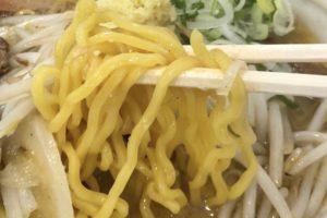 札幌らしい「黄色い縮れ麺」