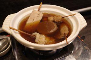 鍋で提供される名物「静岡おでん」(写真はおまかせ5本)