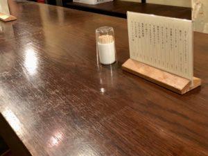 大きなテーブルが店内にドンとあります
