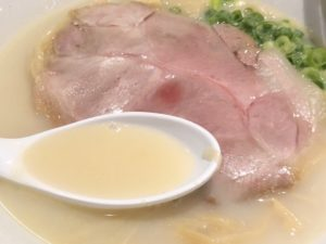 旨味たっぷりのスープと大きめのチャーシュー