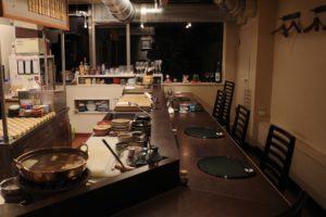 厨房内には小さめの丸い鍋が見えます