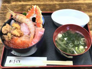 人気の「おまかせ海鮮丼((ウニ入り)」