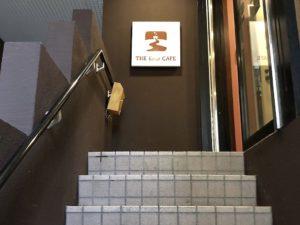 階段を上がれば右側が入口