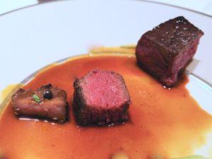 左の小さな肉が「鹿タン」