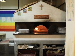 本格的な「薪窯」で焼いています