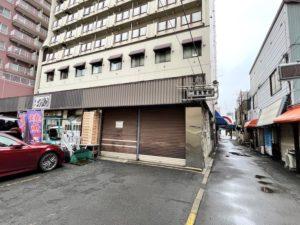 二条市場の南端「二条食堂街」隣のビル1階にあります