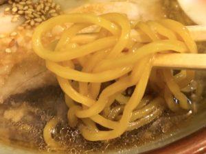 熟成された中太縮れ麺