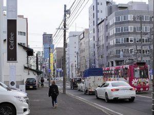 南1条「電車通り」に面します(写真左側)