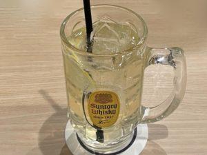 お酒も充実(写真は「漬けレモン角ハイボール」)