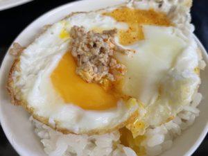 目玉焼きオンザライス+挽肉にスープ