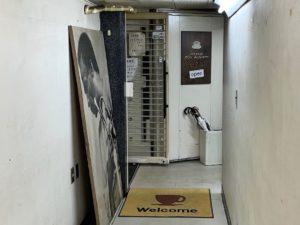 厚い扉に鉄格子扉は「金庫造り」
