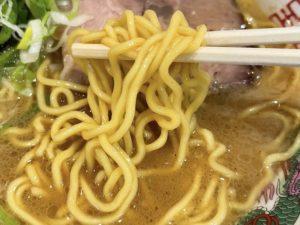 スープとの絡みが良い特注麺