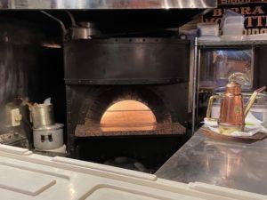高熱のピザ窯で一気に焼き上げます