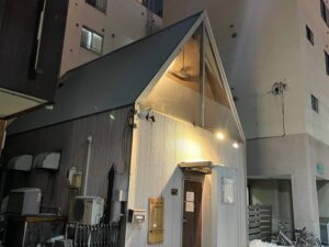 三角屋根の不思議な建物