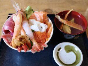 「満足丼(上)」と「カニ汁」