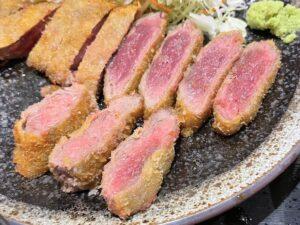 肉はレアな状態(上がロース、下がヒレ)