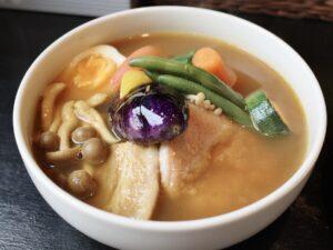 見た目も美しい「スープカレー」(写真は「チキン・ポーク野菜」)
