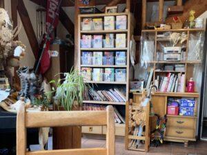 漫画などが並ぶ本棚もあります