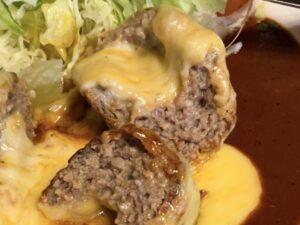 """""""肉感""""あるハンバーグにチーズ"""
